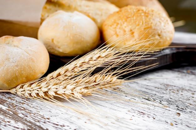 Assortimento di prodotti da forno sulla vecchia tavola di legno bianca Foto Premium