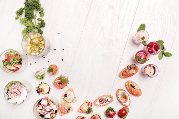 Assortimento di snack diversi, copyspace vista dall'alto Foto Gratuite