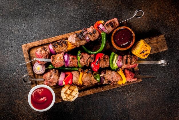 Assortimento di vari barbecue per grigliate di carne, bbq party fest food Foto Premium