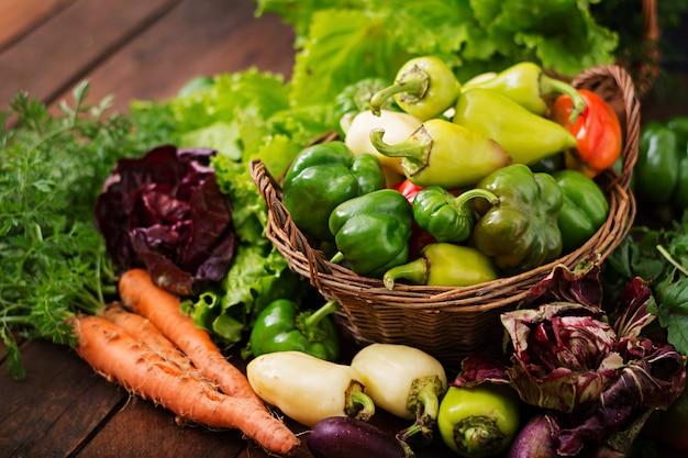 Assortimento di verdure ed erbe verdi. mercato. verdure in un cestino Foto Gratuite