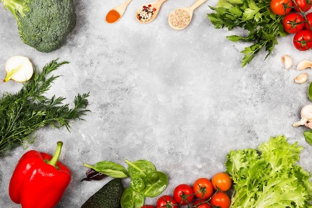 Assortimento di verdure fresche e spezie su uno sfondo chiaro Foto Premium