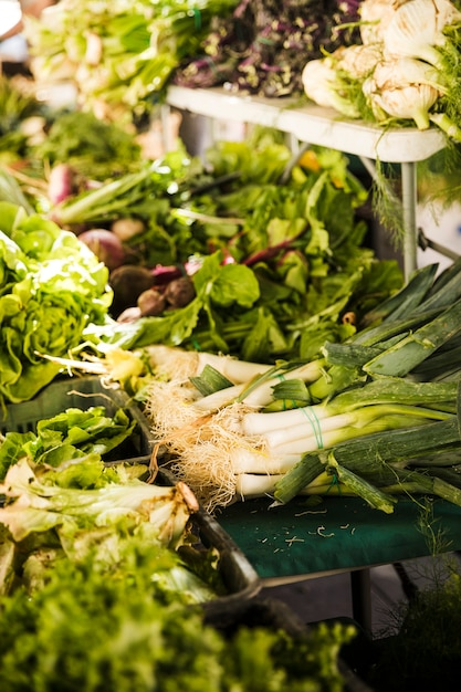 Assortimento di verdure verdi biologiche fresche in vendita nel mercato locale Foto Gratuite