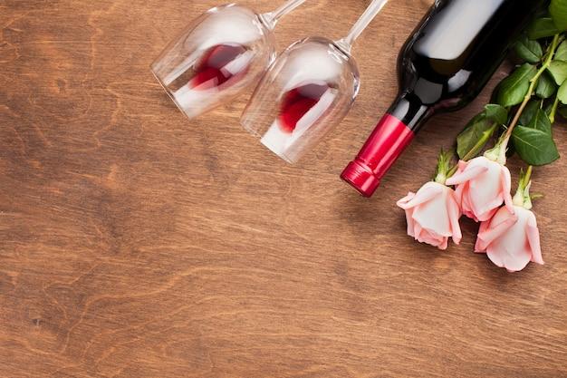Assortimento piatto con rose e vino Foto Gratuite