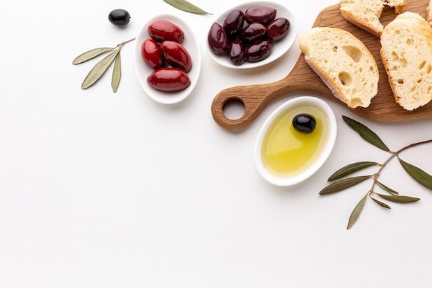 Assortimento piatto di fette di pane di olive e olio d'oliva con spazio di copia Foto Gratuite