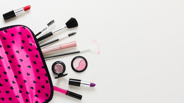 Astuccio rosa con cosmetici e pennelli Foto Gratuite