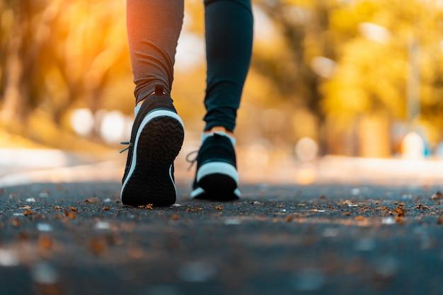 Atleta che esegue i piedi di sport sulla forma fisica di stile di vita sano della traccia Foto Premium