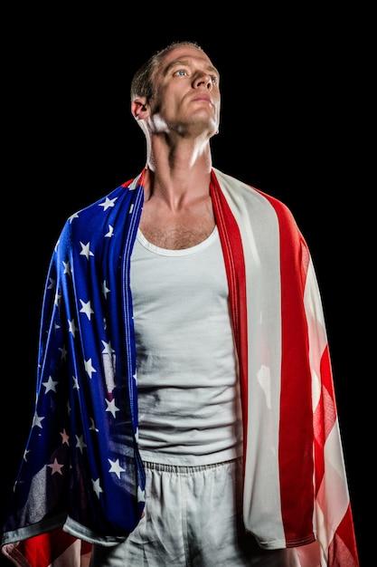 Atleta con bandiera americana avvolto intorno al suo corpo Foto Premium