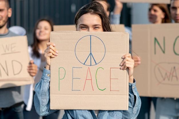 Attivisti che stanno insieme per la pace Foto Gratuite