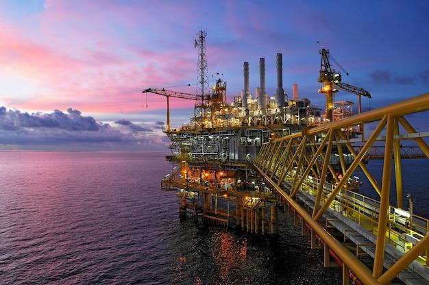 Attività di produzione e esplorazione di petrolio e gas nel golfo della thailandia. Foto Premium