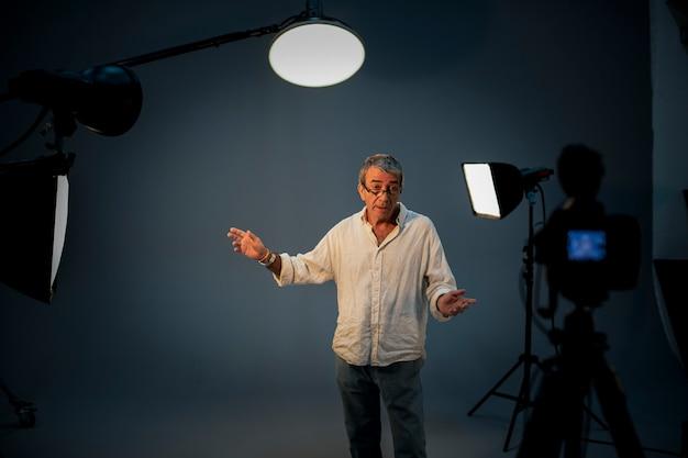 Attore davanti alla telecamera in un'audizione Foto Premium