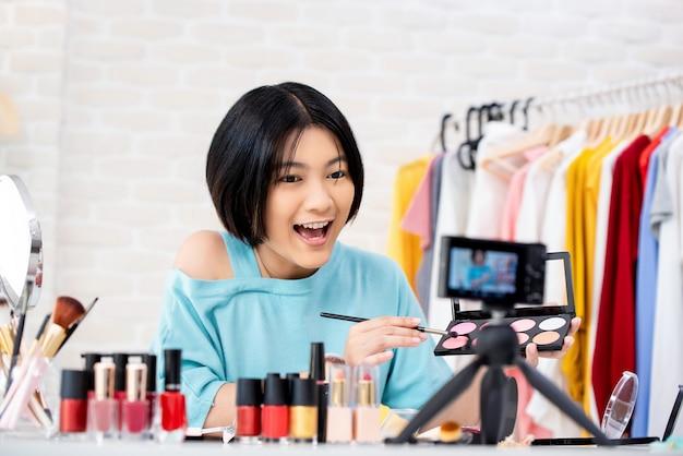 Attraente bellezza vlogger facendo video di cosmetici Foto Premium