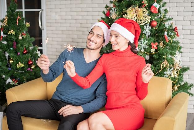 Attraente coppia di innamorati caucasici festeggia il natale a casa Foto Premium
