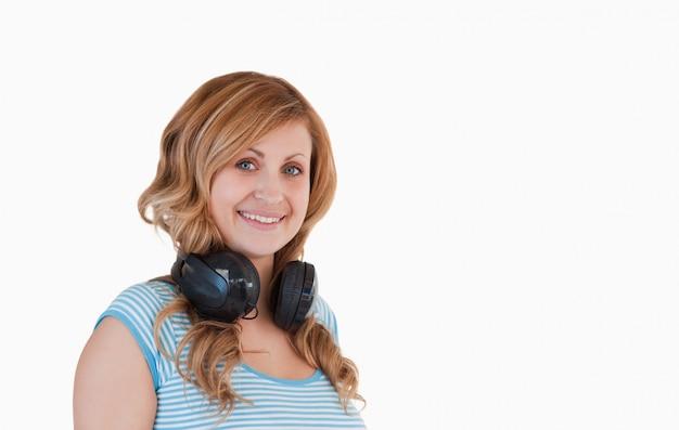 Attraente donna dai capelli biondi in posa | Foto Premium