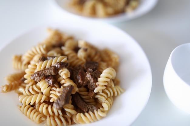 Attraente piatto di pasta sul tavolo Foto Premium