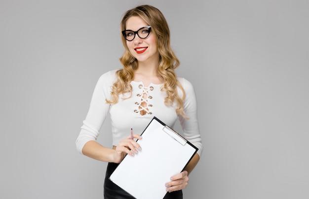 Attraente segretaria in abiti formali Foto Premium