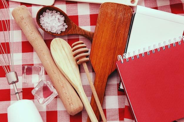 Attrezzatura da cucina sul bancone della cucina Foto Gratuite