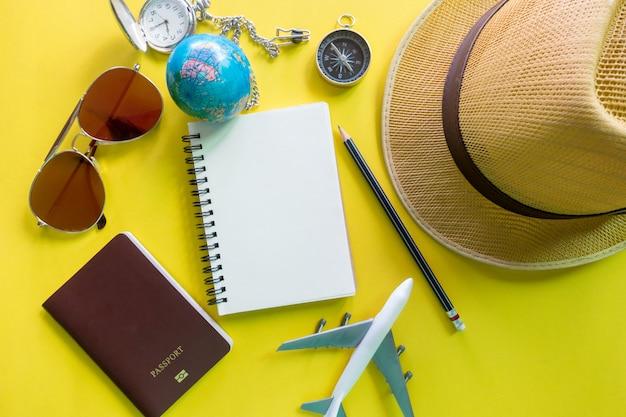 Attrezzatura del viaggiatore su giallo con lo spazio della copia, concetto di viaggio Foto Premium