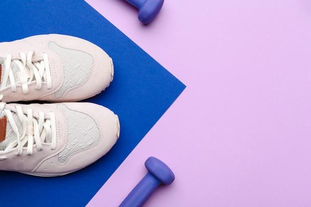 Attrezzatura della palestra di forma fisica sul fondo di colore Foto Premium