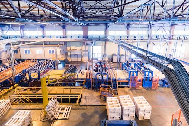 Attrezzatura di industria di produzione della vetroresina alla parete di fabbricazione Foto Premium