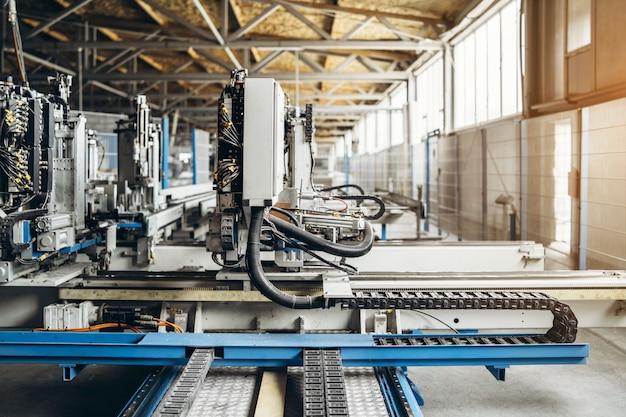 Attrezzature di produzione nella fabbrica di finestre. Foto Premium