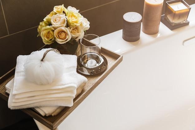 Attrezzature e materiale per il corpo sulla vasca da bagno in ...