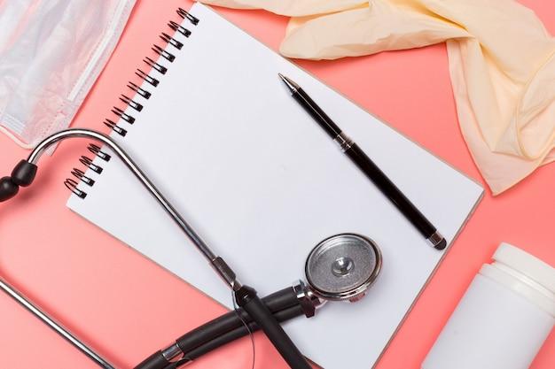 Attrezzature mediche su uno sfondo rosa pastello. Foto Premium
