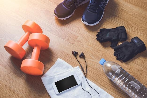 Attrezzature per il fitness su fondo di legno Foto Premium