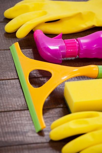 Attrezzature per la pulizia disposte sul pavimento di legno Foto Premium