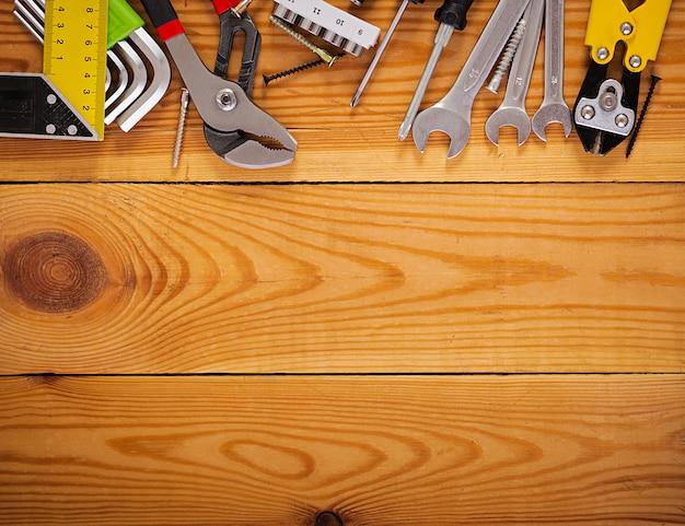 Attrezzi su fondo rustico di legno. vista dall'alto. copia spazio Foto Premium