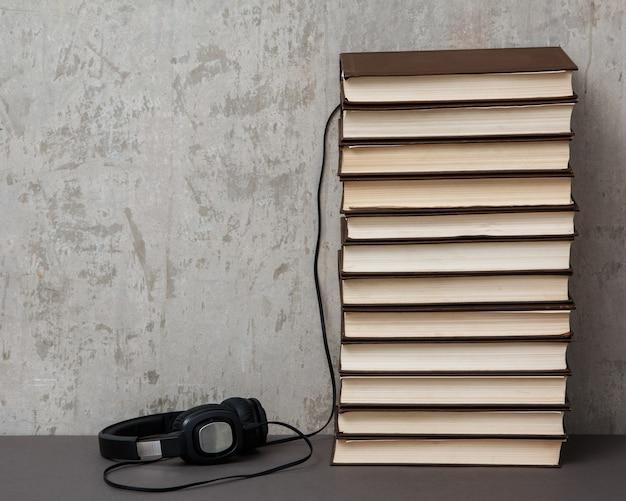 Audiolibri, cuffie sulla pila di libri Foto Premium