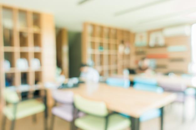 Aula di scuola in sfocatura sfondo senza giovane studente; vista sfocata della sala di classe elementare nessun ragazzo o insegnante con sedie e tavoli nel campus. immagini di stile d'effetto vintage. Foto Gratuite