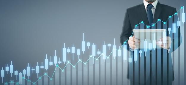 Aumento di crescita del grafico di piano dell'uomo d'affari degli indicatori positivi del grafico nel suo affare Foto Premium