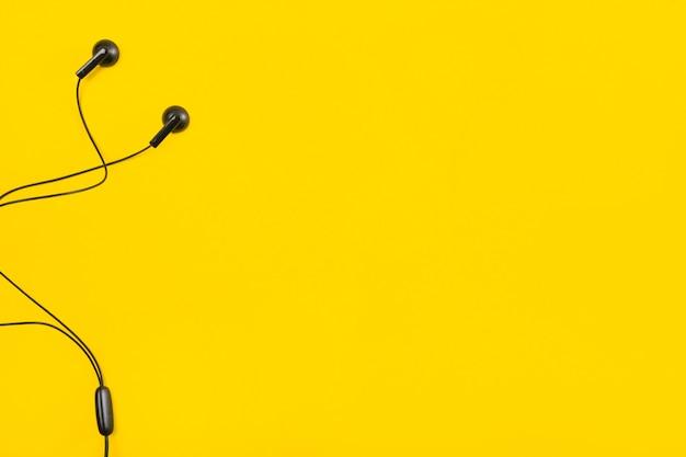 Auricolare Su Sfondo Giallo Con Spazio Per Il Testo Scaricare Foto