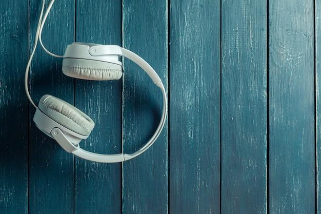 Auricolari audio portatili moderni su tavola di legno Foto Premium