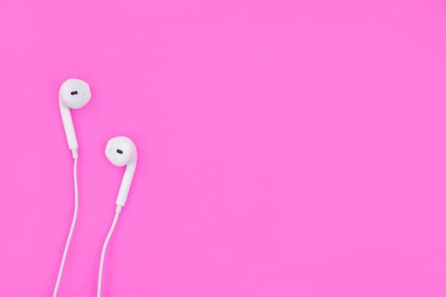 Auricolari bianchi su rosa Foto Premium