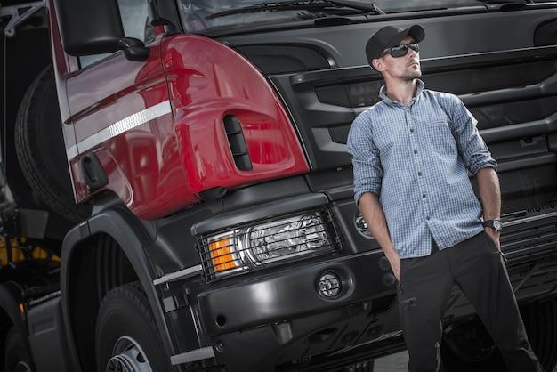 Autista caucasico semi camion Foto Premium