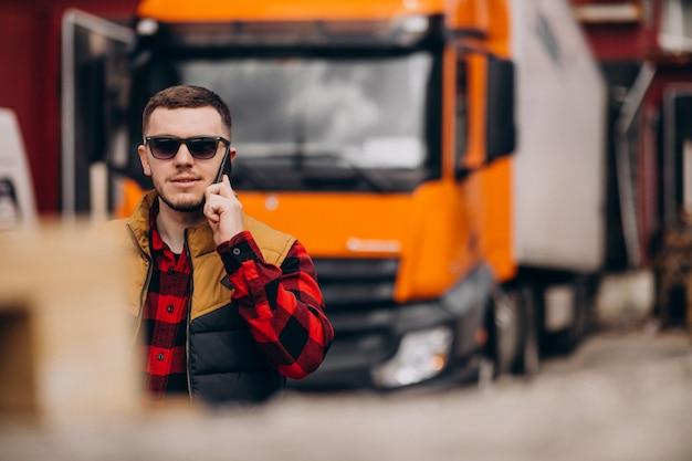 Autista di camion bello dell'uomo che fa una pausa il camion Foto Gratuite