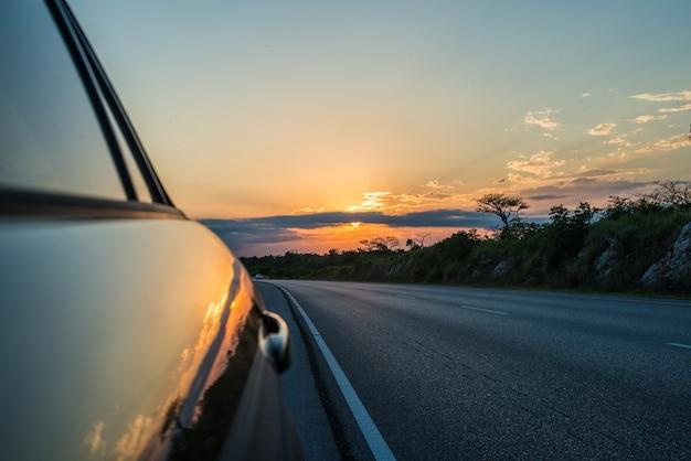 Auto al tramonto Foto Premium
