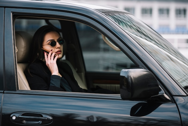 Auto con donna monitorata dalla sicurezza Foto Gratuite