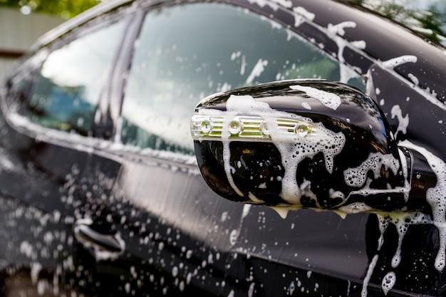 Auto coperta da acqua e sapone. Foto Premium