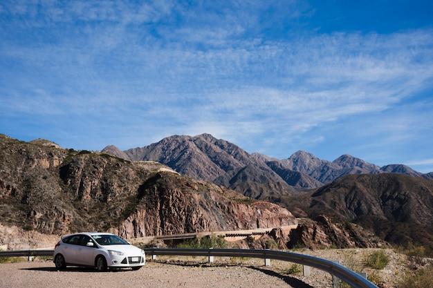 Auto di fronte al paesaggio montano Foto Gratuite