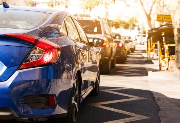Auto di lusso in fila sulla strada Foto Gratuite