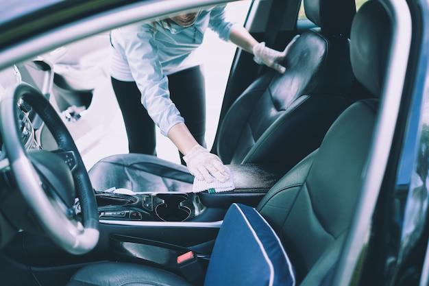 Auto in fase di pulizia con detergente spray Foto Premium