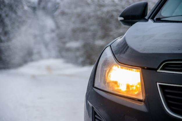 Auto in inverno sulla strada Foto Premium