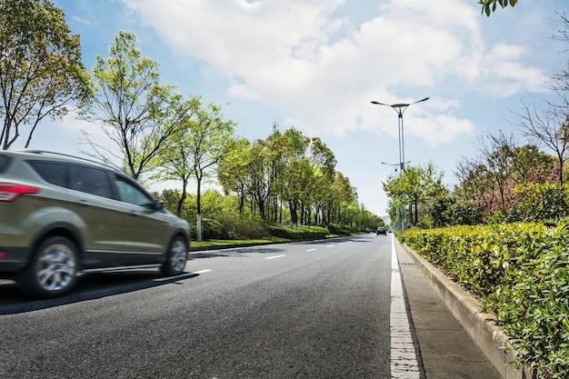 Risultati immagini per frenatura macchina sulla strada