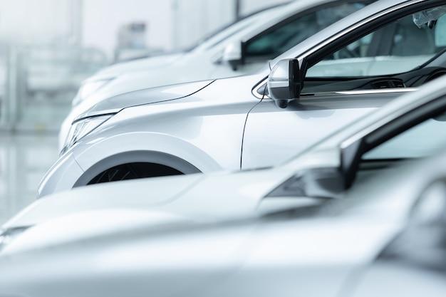 Auto in vendita, settore automobilistico, parcheggio della concessionaria auto. Foto Premium
