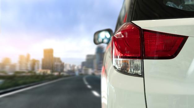 Auto nuove auto in movimento su strada Foto Premium