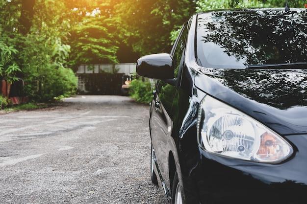 Auto parcheggiata su strada, auto in strada Foto Premium