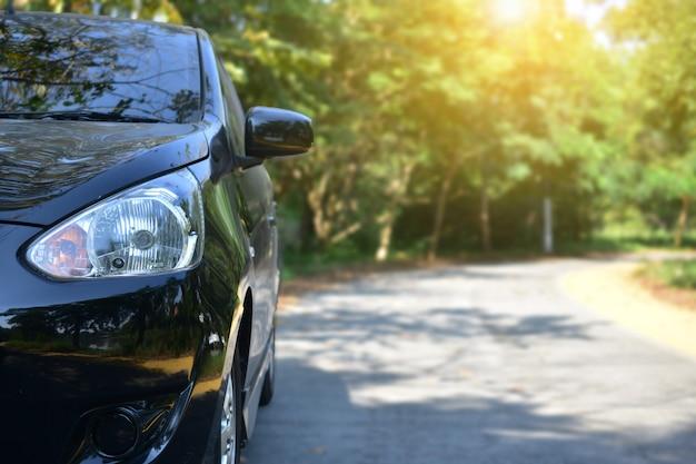 Auto parcheggiata su strada, parcheggio auto in strada Foto Premium