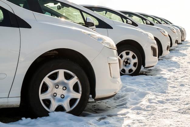 Auto parcheggiate su un sacco. fila di auto nuove sul parcheggio del concessionario auto. auto in vendita a tema di mercato. Foto Premium